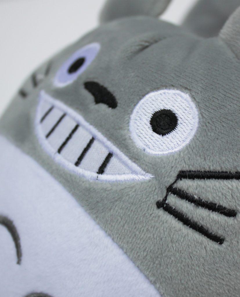 Estas zapatillas de peluche con la cara de Totoro son acolchadas y talla única. Están descubiertas por la parte trasera, son muy cómodas y blanditas.