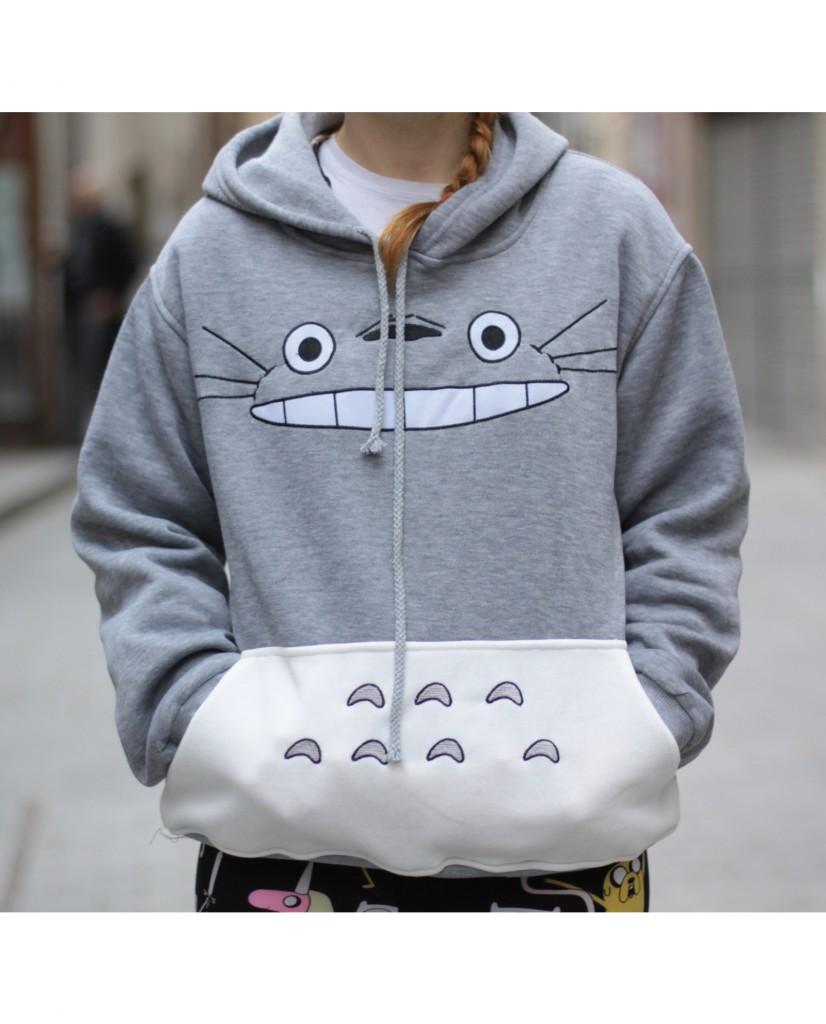 Lleva a Totoro contigo a todas partes con esta Sudadera! Es suave por dentro y lleva una barriga bolsillo, capucha y letras bordadas en japonés.