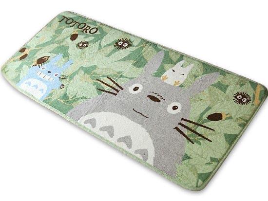 Alfombra para un montón de sitios de la casa! Totoro a los pies de la cama, o a tu lado en el sofá.Aterciopelada, suavecita y anti deslizante.