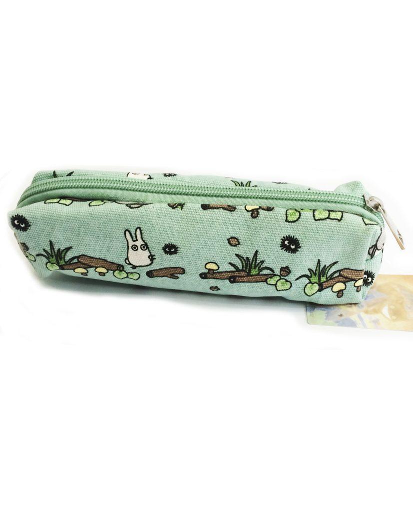 ¿Quien mejor que Totoro para mantener tus boligrafos y lapices a recaudo? Este estuche tan bonito esta hecho de una tela fina y tiene un estampado precioso