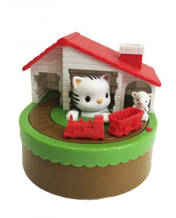 Esta hucha es super divertida, cada vez que pones una moneda en el tren el ratoncito intenta llevarla a casa y el gato atraparla con la patita.