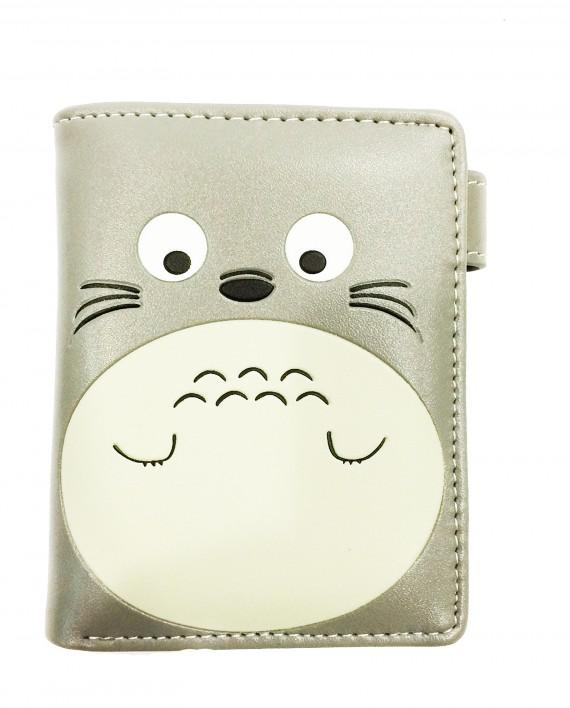 Este monedero de Totoro Gris es muy completo, tiene para billetes monedas y todo muy apañadito. Te transportará al mundo de studio ghibli y mundo miyazaki